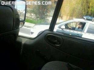 Guardiacivil hablando por el móvil mientras conduce