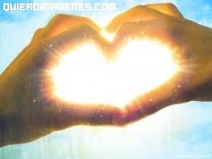 Manos formando un corazón que atrapa la luz