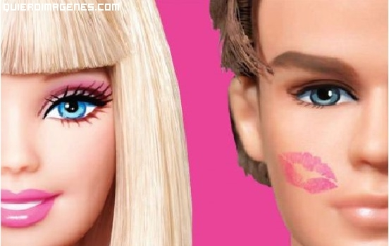 Barbie besa a Ken