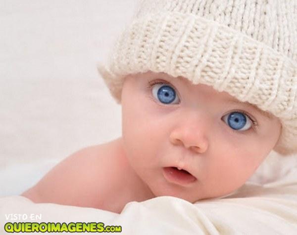 Bebé de ojos azules