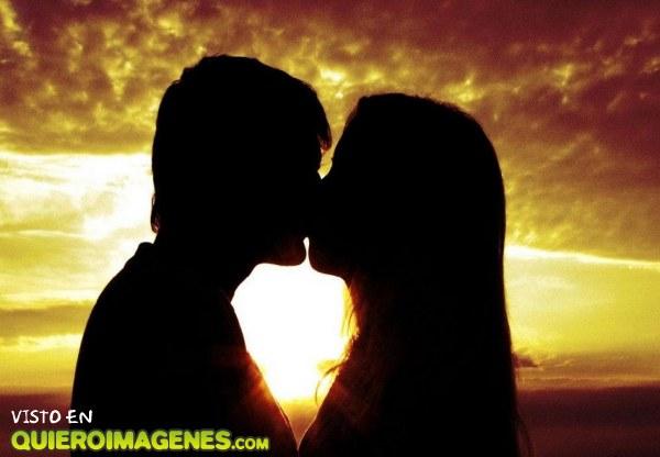 Beso de amor al atardecer