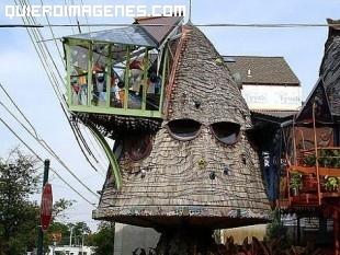 Extraña casa triangular