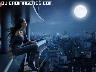 Chica contempla la luna