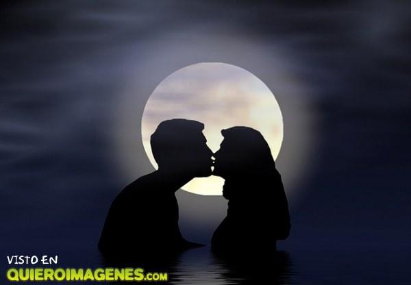 Mujeres dandose besos de lengua - 3 4