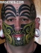Tatuaje raro en la cara