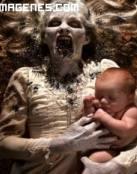 Monstruo sostiene a bebe
