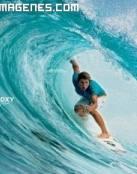 Surfista cabalgando en un tubo