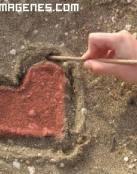 Corazón pintado en la arena