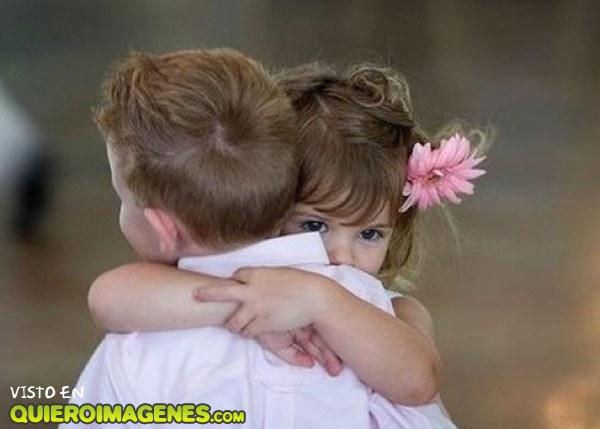 Tierno abrazo de niños